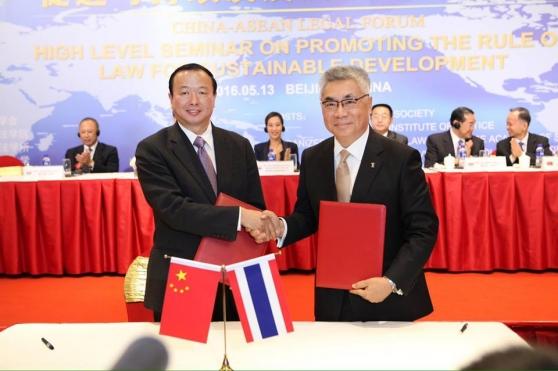 พิธีลงนามในบันทึกความตกลงระหว่าง TIJ กับ ศูนย์วิจัยกฎหมายอาเซียน-จีน